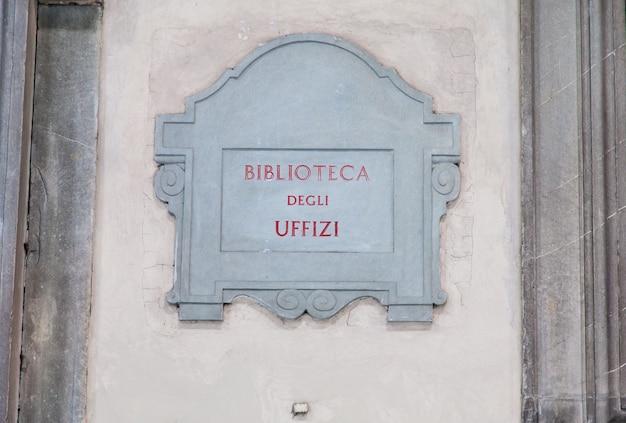 Zwiedzanie w pobliżu głównego wejścia do biblioteca degli uffizi (biblioteka uffiziego), florencja, włochy