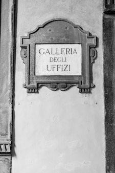 Zwiedzanie w pobliżu głównego wejścia do galleria degli uffizi, florencja, włochy