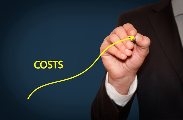 Zwiększ koszty, koncepcja biznesowa. biznesmen rysuje prosty wykres z rosnącą krzywą