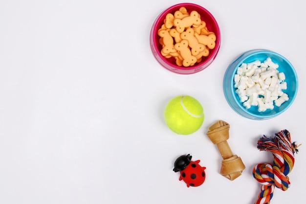 Zwierzę domowe akcesoria, jedzenie i zabawka na białym tle. płaskie leżało. widok z góry.