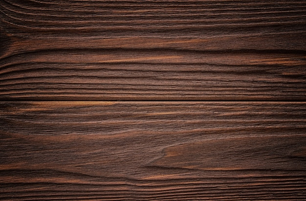 Zwietrzałe drewno stodoły z sękami. brązowe stare drewno