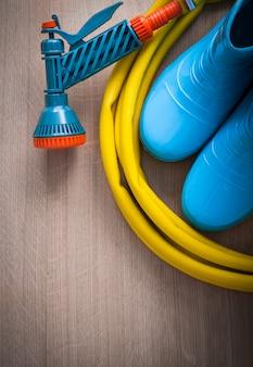 Zwijany wąż gumowy do ręcznego natryskiwania z dyszą natryskową i gumowymi butami