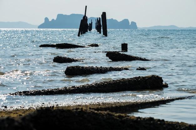 Zwiń upadek most z tsunami, krabi