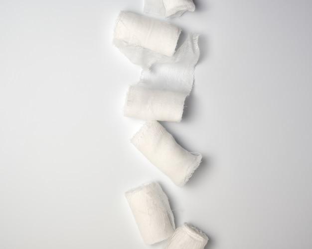 Zwinięte białe sterylne bandaże medyczne