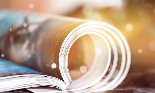 Zwinięte czasopisma z odbiciem w tle