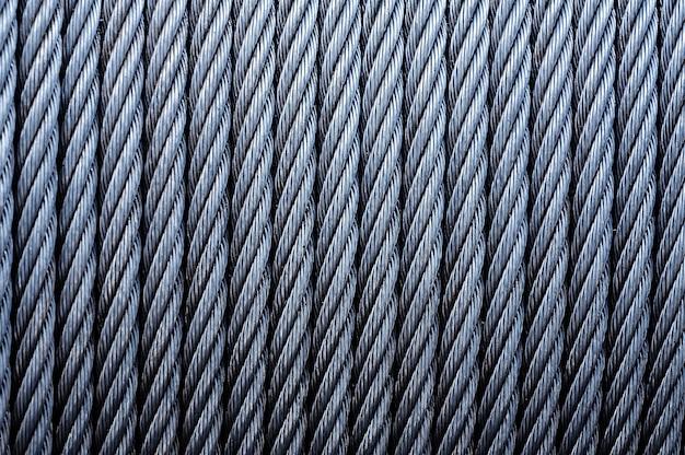 Zwinięte okablowanie przemysłowe. tło z ocynkowanego kabla metalowego na wciągarce, tło z drutu przemysłowego