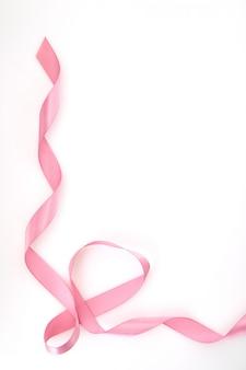 Zwinięte różowa wstążka na białym