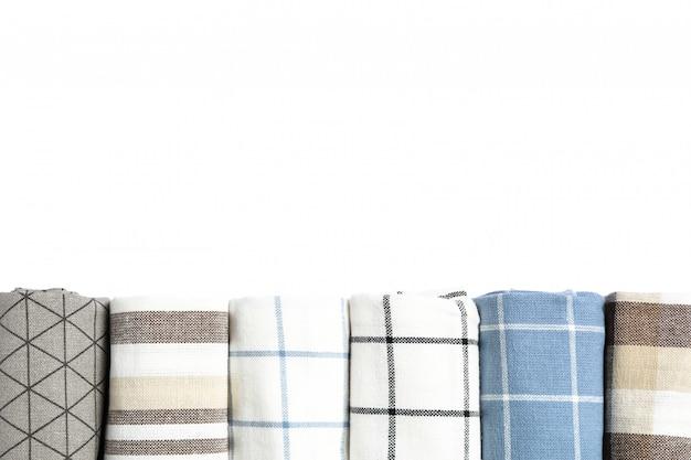 Zwinięte tkaniny serwetki na białym tle