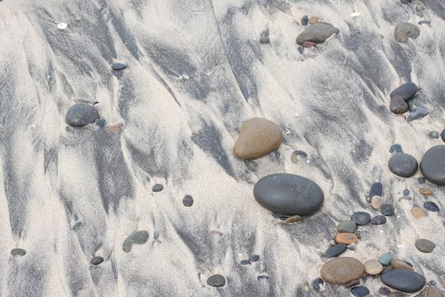 Żwir na piaszczystej plaży i kamieni