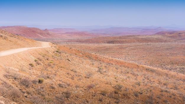Żwirowa droga damaraland do palmwag w namibii