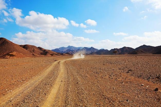 Żwirowa droga w afrykańskiej sawannie, kenia