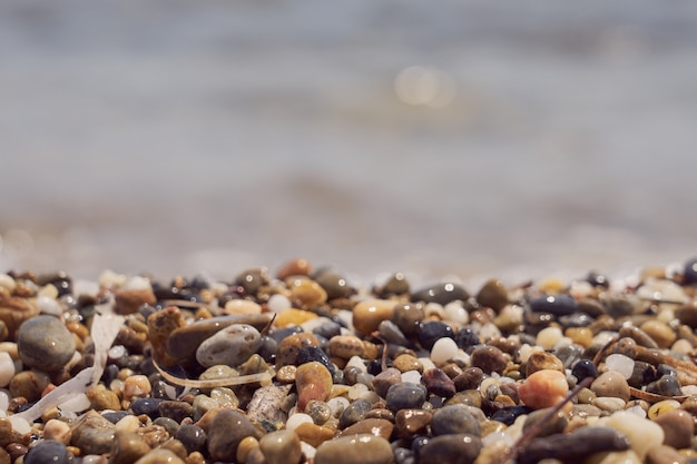 Żwirowa plaża na wybrzeżu krety nad morzem egejskim.