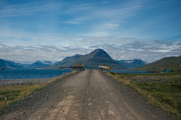 Żwirowa trasa górska z islandii.