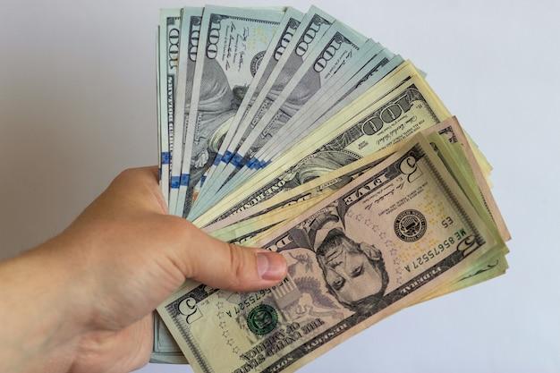 Zwitek dolarów w jego rękach na białym tle dolary na białym tle