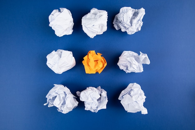 Zwitek papierów na niebieskiej powierzchni