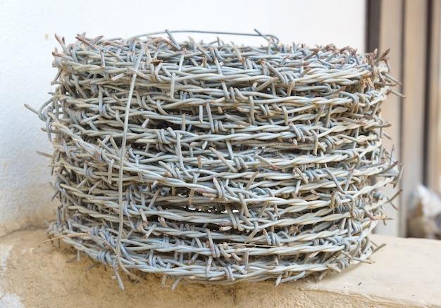 Zwoje drutu kolczastego