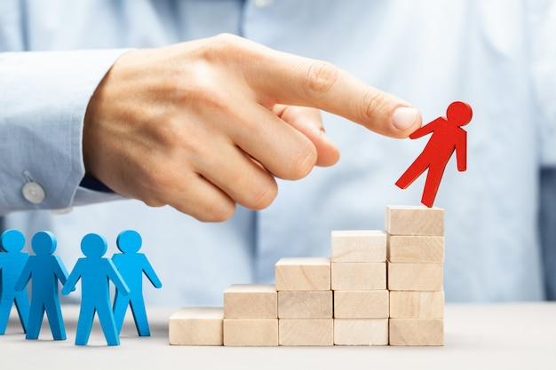 Zwolnienie. zmiana zarządzania firmą. optymalizacja personelu. palec popycha pracownika czyści.