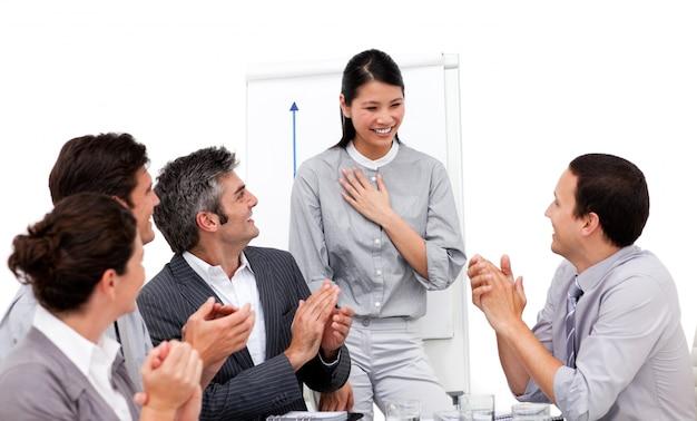 Zwycięska bizneswoman oklaskiwała jej prezentację
