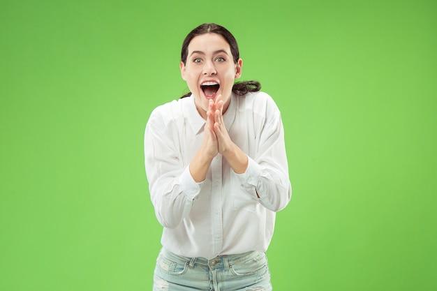 Zwycięska kobieta sukcesu szczęśliwy ekstatyczny świętuje bycie zwycięzcą.