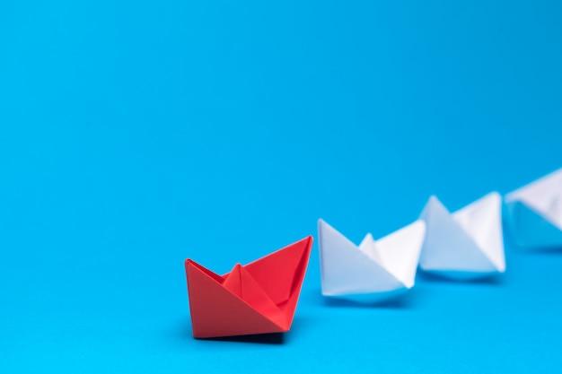 Zwycięski statek z czerwonego papieru
