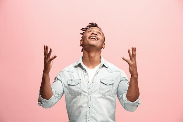 Zwycięski sukces człowiek szczęśliwy ekstatyczny świętuje będąc zwycięzcą. dynamiczny obraz energetyczny modelu męskiego