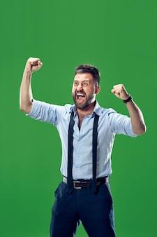 Zwycięski sukces człowiek szczęśliwy ekstatyczny świętuje bycie zwycięzcą. dynamiczny energetyczny obraz męskiego modelu