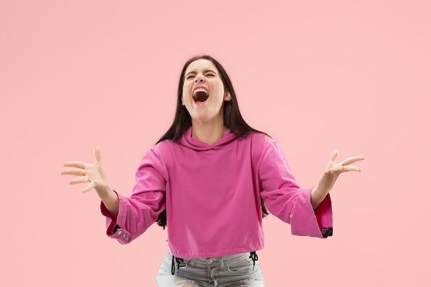 Zwycięski sukces szczęśliwa kobieta świętuje bycie zwycięzcą.