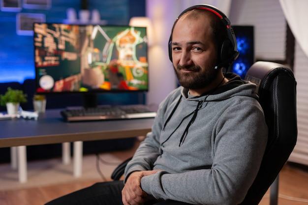 Zwycięzca gracza grający w strzelanki, noszący zestaw wirtualnej rzeczywistości podczas mistrzostw. wirtualny internetowy turniej z cyberprzenoszeniem strumieniowym z wykorzystaniem technologii bezprzewodowej sieci