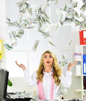 Zwycięzca loterii. uzyskaj dziedzictwo. nieoczekiwany zysk. nagroda. przepływ gotówki. pasywny dochód. kobieta cieszyć się pieniędzmi spadającymi z góry. strategie zwiększania dochodów. udany biznes. dolary amerykańskie.