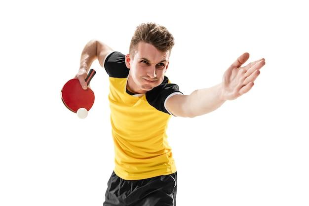 Zwycięzca. śmieszne emocje profesjonalnego gracza ping-ponga na białym tle na białej ścianie. ekscytacja w grze, ludzkie emocje, wyraz twarzy i pasja z koncepcją sportu.