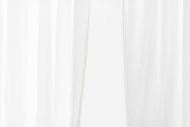 Zwykła biała zasłona w pokoju