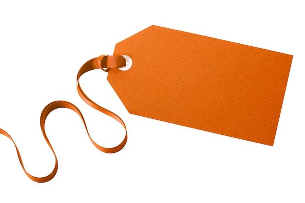 Zwykła etykieta manila związana z kręconymi wstążkami na białym tle