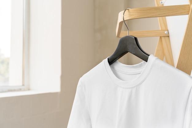 Zwykły biały bawełniany t-shirt na wieszaku do projektowania, kopia przestrzeń