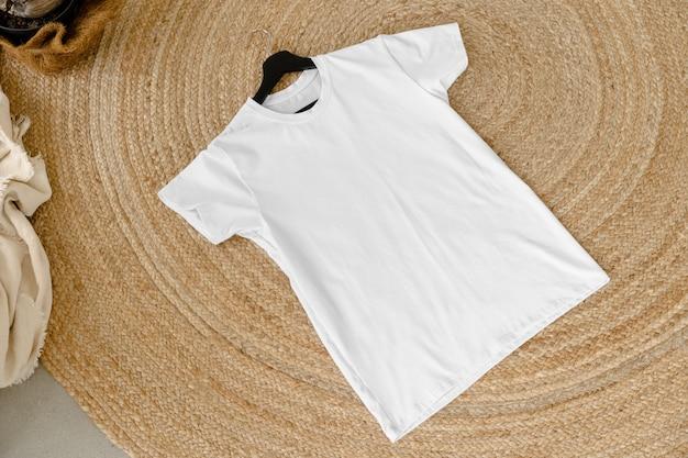Zwykły biały bawełniany tshirt na wieszaku do swojego projektu