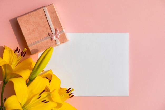 Zwykły biały papier z kwiatami lilii