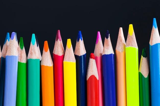 Zwykły kolorowy drewniany ołówek