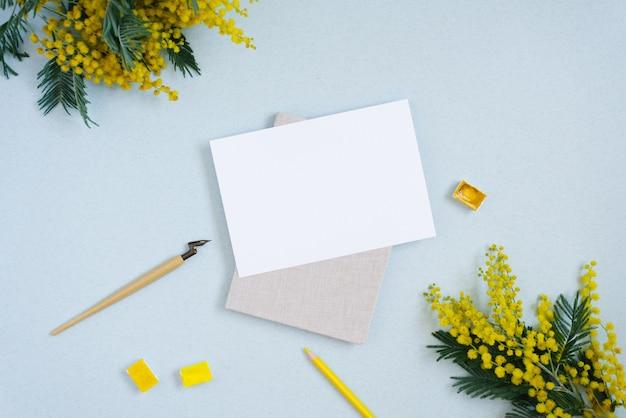 Zwykły papier, tusz w sztyfcie, żółty, akwarela, kwiaty mimozy. skopiuj miejsce na napis ślubny lub kartkę z życzeniami. skopiuj miejsce dla kaligrafa