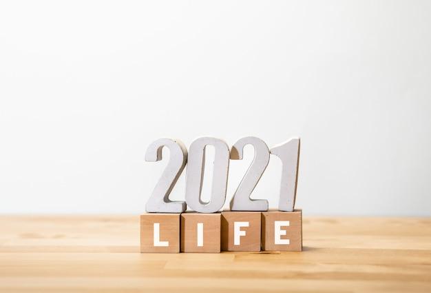 Życie 2021, koncepcje motywacyjne z numerem tekstowym na drewnianym pudełku. plan lub wizja