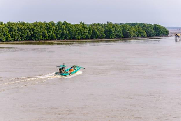 Życie azjatykci rybak i łódź rybacka
