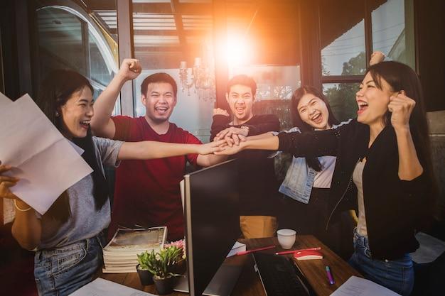 Życie biurowe, emocje szczęścia zespołu niezależnego pracującego z powodzeniem w projekcie pracy