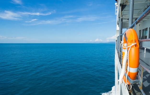 Życie boja dołączone do statku wycieczkowego