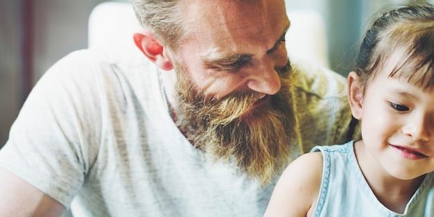 Życie córka mała dziewczynka domowa żywa pokój więzi