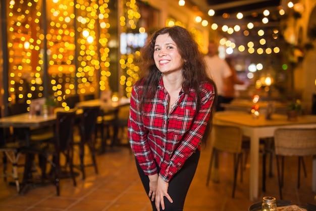 Życie nocne, impreza i koncepcja stylu życia - dziewczyna spaceru w mieście nocą