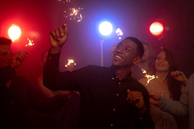 Życie nocne z ludźmi tańczącymi w klubie