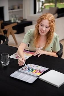 Życie w domu z malowaniem młodych dorosłych