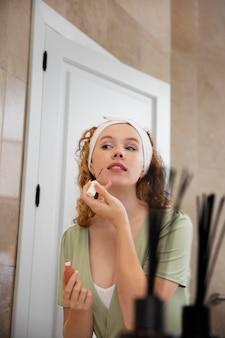 Życie w domu z młodym dorosłym myjącym twarz