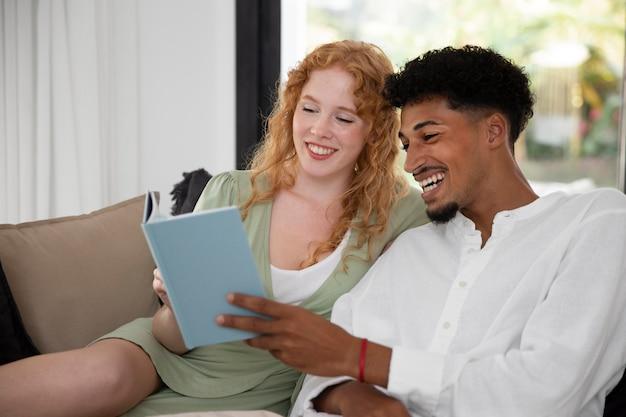 Życie w domu z parą czytającą razem