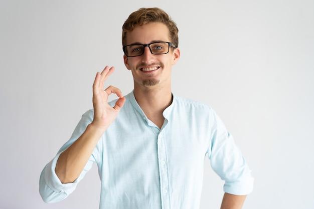 Życzliwy pozytywny facet zatwierdza nowych eyeglasses.