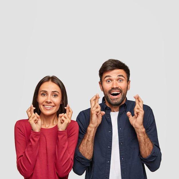 Życzymy powodzenia. pionowe ujęcie przedstawiające przesądnych uczniów trzymających kciuki obok siebie