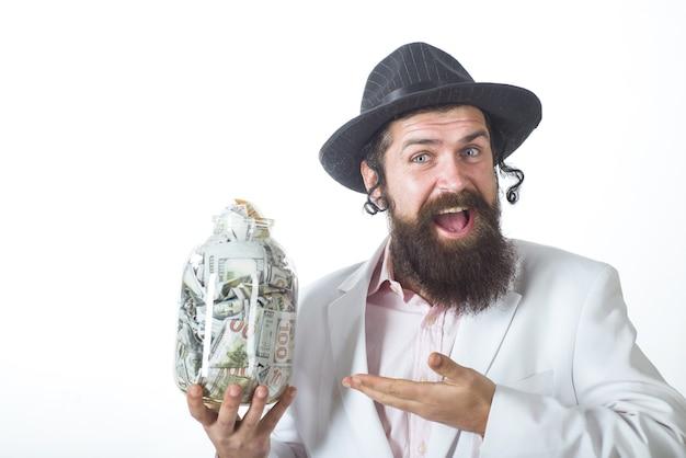Żyd brodaty żydowski mężczyzna ze słoikiem z pieniędzmi portret brodaty ortodoksyjny żyd z pieniędzmi